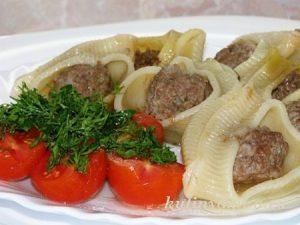 Фаршированные макароны, запеченные под томатным соусом
