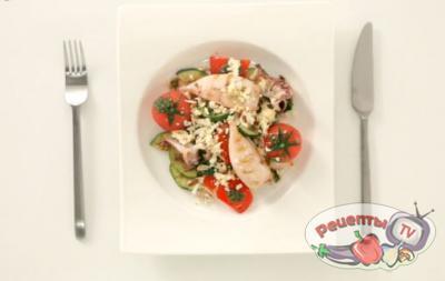 Салат с кальмарами, овощами и копченым сыром